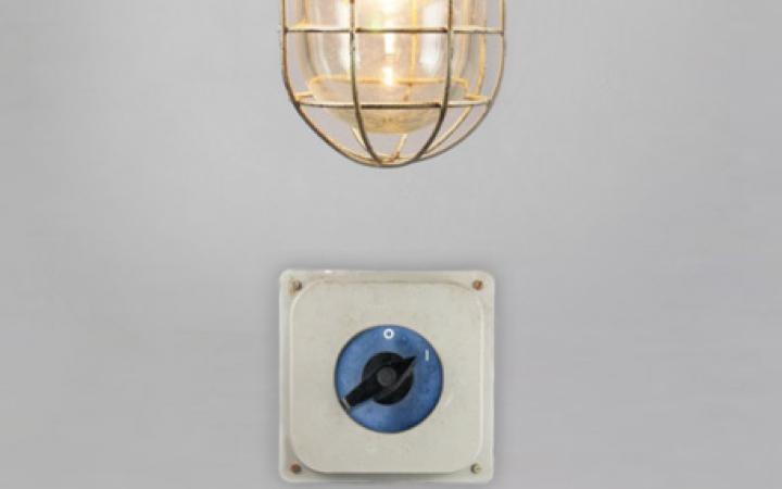 Eine eingeschaltete Bunkerlampe. Darunter ein Schalter, der auf '1' steht.