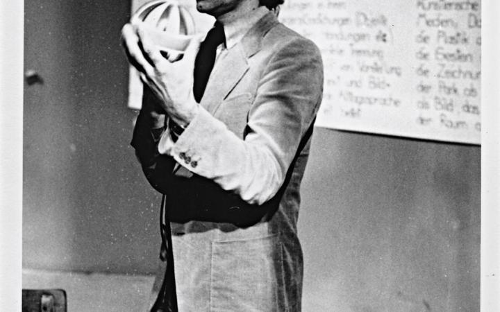 Schwarz-weiß Bild von Bazon Brock 1977