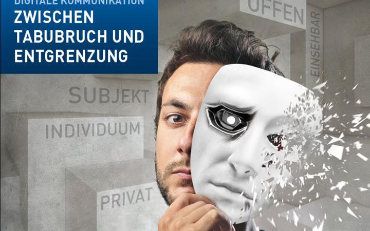 Ein Mann, der vor seine rechte Gesichtshälfte eine weiße Maske hält