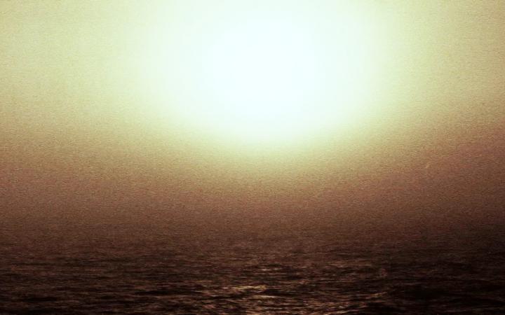 Gleißende Sonne über dem Meer.