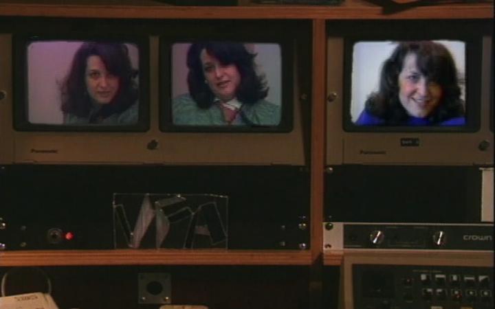 Drei alte Monitore, auf denen jeweils in anderer Pose eine Frau, Lynn Hershman Leeson, zu sehen ist.