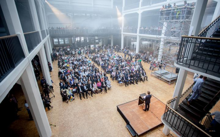 Ansprache des Karlsruher Oberbürgermeisters vor einer Menschenmenge