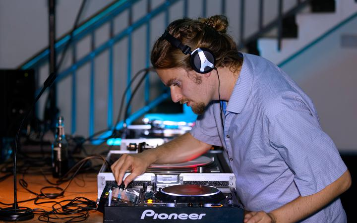 The photo shows Friday Dunard during his dj-set at the festival »sonic experiments« in July 2015.