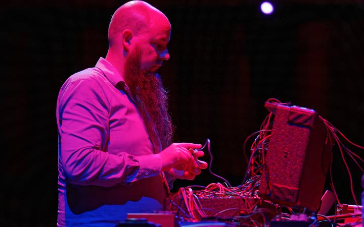 The photo shows the sound artist and musician Keith Whitman during his performance at festival »sonic experiments« in July 2015.