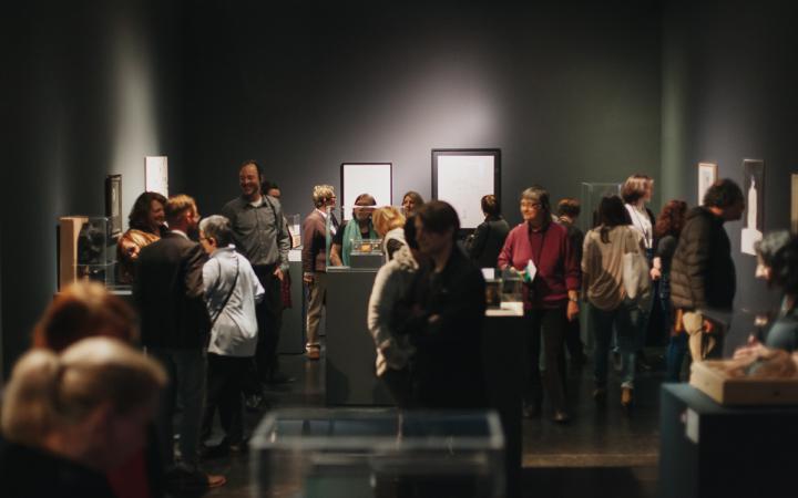 Eine Menschenmenge in einer Ausstellung