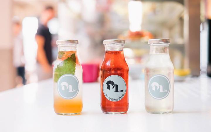 drei kleine Glasflaschen mit buntem Getränke-Inhalt
