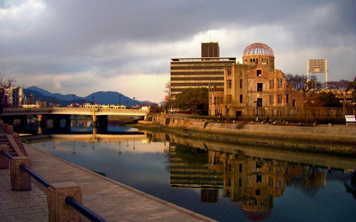 Ein verfallenes Gebäude hinter einem Fluss