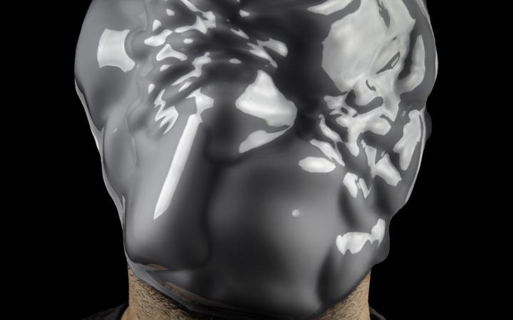 Ein Mann der eine Maske trägt