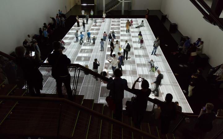 Menschen in der Ikeda-Ausstellung