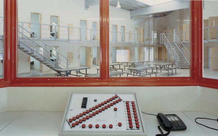 Blick aus einem Kontrollraum in einem Gefängnis