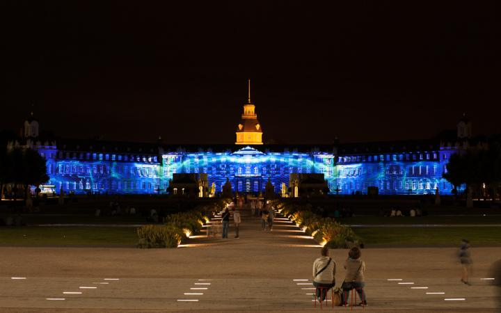 Das Karlsruher Schloss in blau getaucht