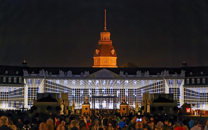 Auf das Karlsruher Schloss wird ein Gitternetz projiziert