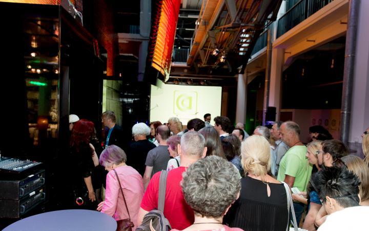 Menschen laufen in das ZKM_Medientheater