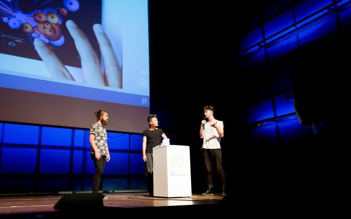 Drei männer auf der Bühne