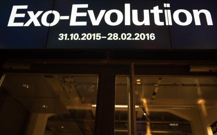 Eine Leuchtschrift, auf der Exo-Evolution steht