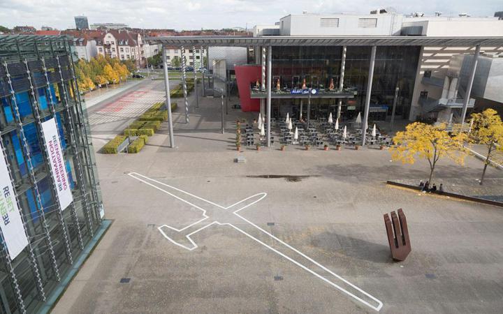 Umriss einer Drohne auf dem Boden
