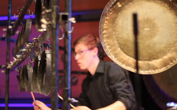 Ein junger Mann am Schlagzeug