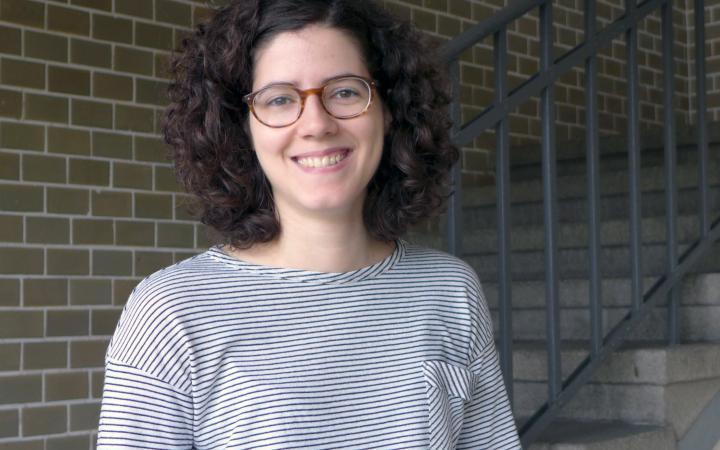 Ein Portrait von Blanca Gimenez im historischen Treppenhaus des ZKM