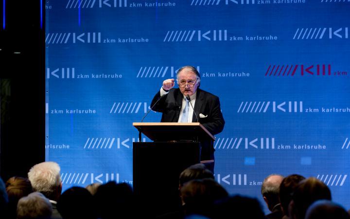 Peter Weibel bei seiner Rede zur Eröffnung der Ausstellung »Kunst in Europa 1945–1968 Der Kontinent, den die EU nicht kennt«