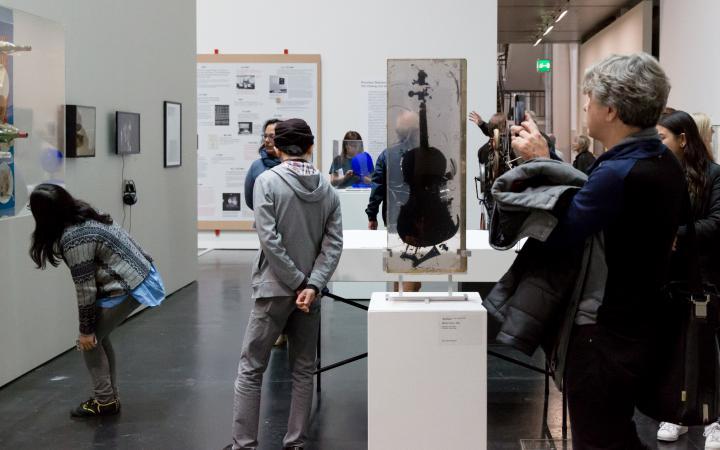 Besucher in der Ausstellung »Kunst in Europa 1945–1968«
