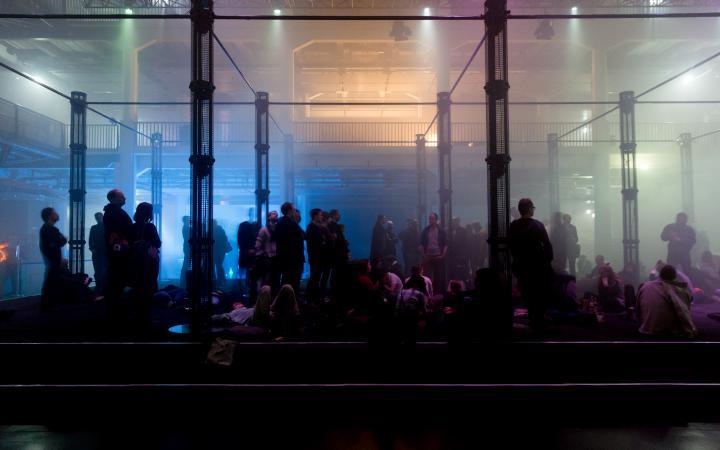 Menschen stehen und sitzen in Lautsprechersäulen