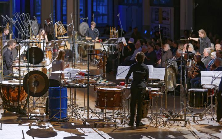 MusikerInnen spielen auf diversen Schlaginstrumenten