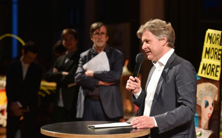 Ein Mann spricht zum Publikum