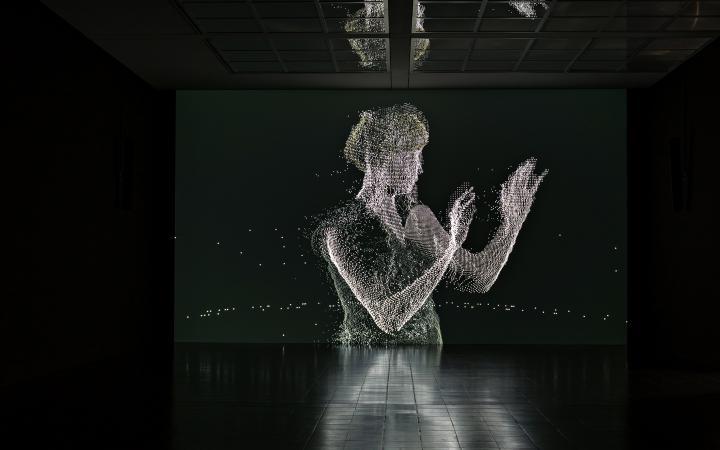 Silhouette einer Frau aus Codes vor schwarzem Hintergrund.