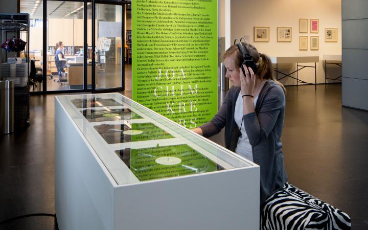 Blick in die Ausstellung »Joachim Krebs: Deleuze und der Sampler als Audio-Mikroskop«
