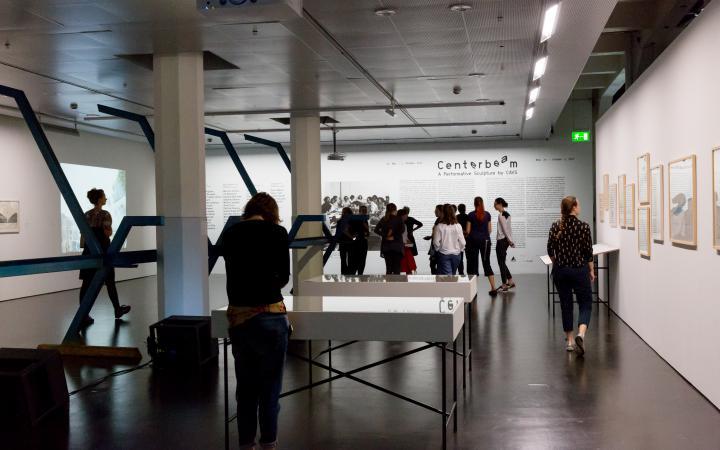 Blick in die Ausstellung »Centerbeam. Eine performative Skulptur des CAVS«