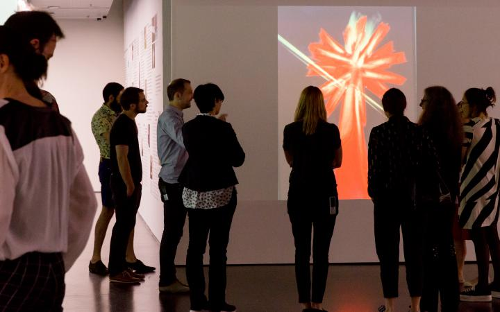 Visitors of the exhibition of »Centerbeam. A Performative Sculpture by CAVS«