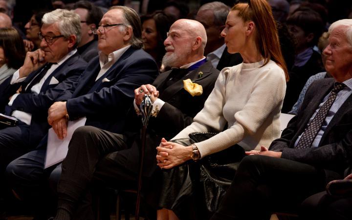Das Foto zeigt das Publikum bei der Ausstellungseröffnung von Markus Lüpertz