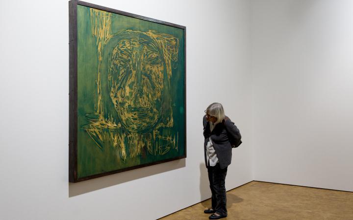 Das Bild zeigt eine Besucherin vor einem Gemälde Lüpertz'