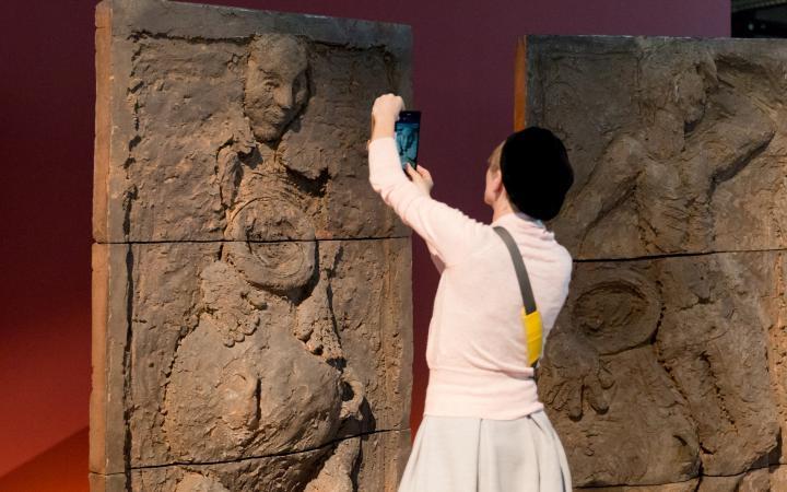 Eine Besucherin der Ausstellungseröffnung von »Markus Lüpertz« macht ein Foto von einer Skulptur Lüpertz'.