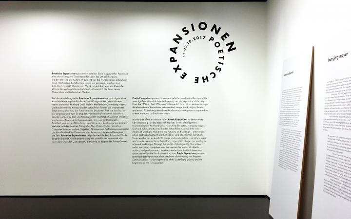 Eingangsraum der Ausstellung »Poetische Expansionen«