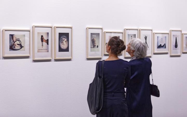 Visitors at the exhibition »Konrad Balder Schäuffelen: language is a body, forsooth«