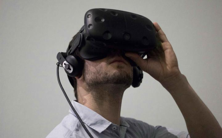 Eine Mann trägt eine schwarze VR-Brille