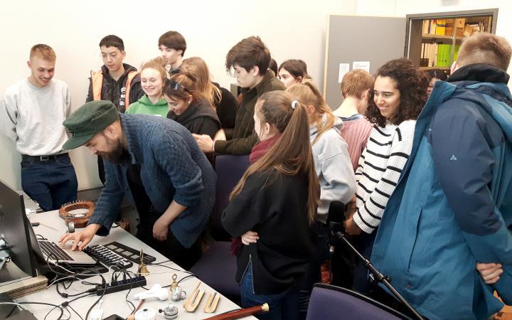 Viele junge Schüler stehen in einem Raum im Rahmen einer Veranstaltung der Kulturakademie.