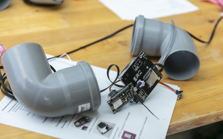 Das Bild zeigt einen Feinstaub-Sensor