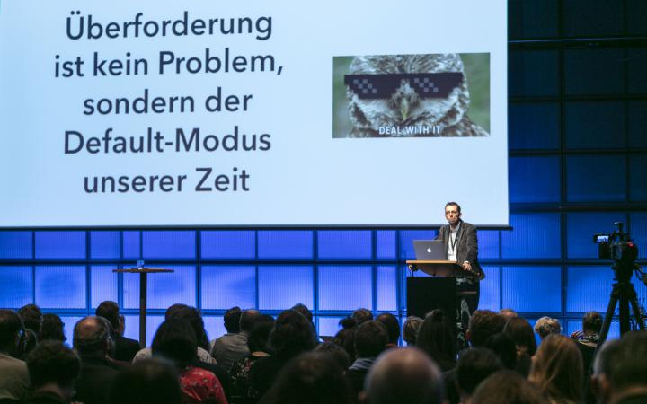 Dirk von Gehlen can be seen giving a lecture at an event of the forum »Digitale Welten BW«.