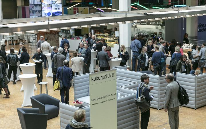 Many people gathered at an event in the context of the forum »Digitale Welten BW«.