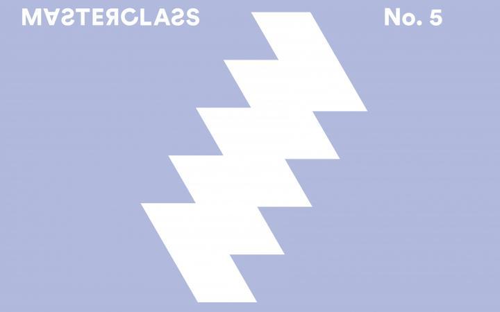 """Blauer Hintergrund mit einem blitzförmigen Logo in Weiß, darüber der Schriftzug """"Masterclass"""""""