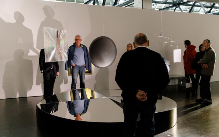 Besucher in der Ausstellung »Dieter Jung. Between and Beyond«