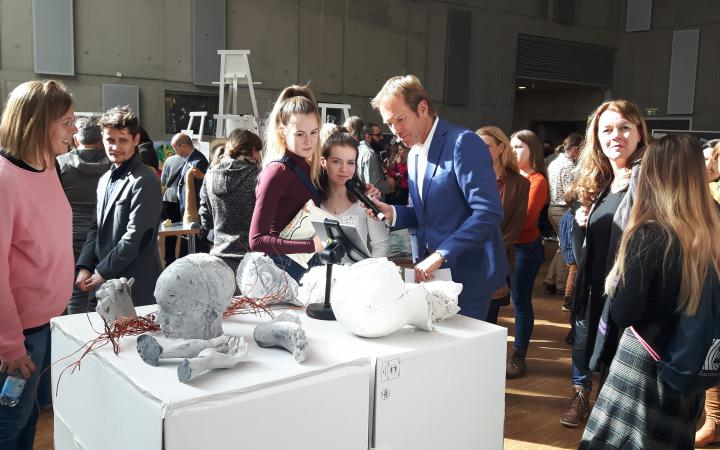 Einige Schülerinnen stellen ihre Kunstwerke vor im Rahmen des Projektes »Kulturakademie« am ZKM.