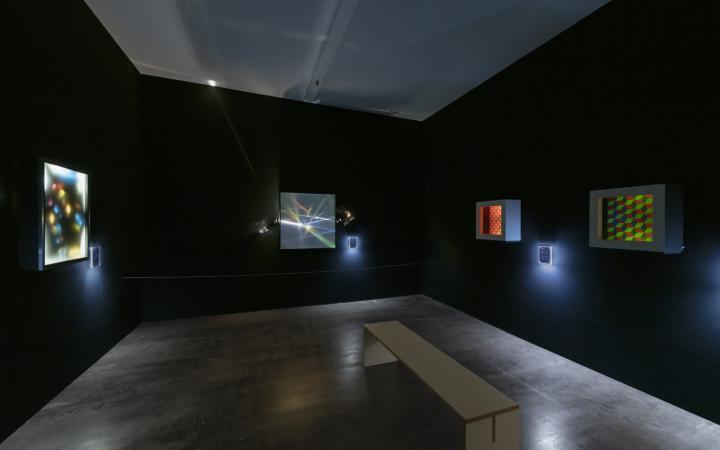 Blick in die Ausstellung auf verschiedene Lichtkunstwerke