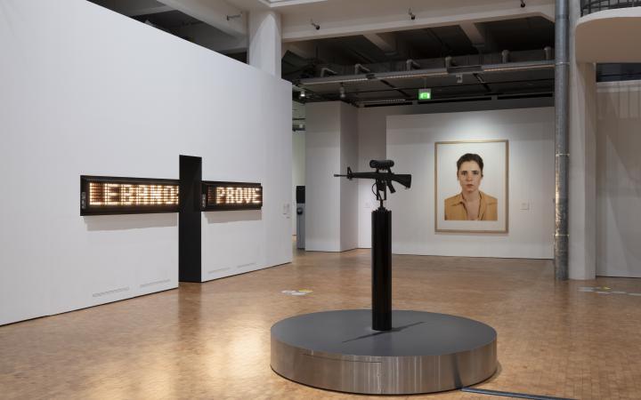 Blick in die Ausstellung »Writing the History of the Future« auf »America's Finest«, »Porträt von Anna Giese« und »Threshold«