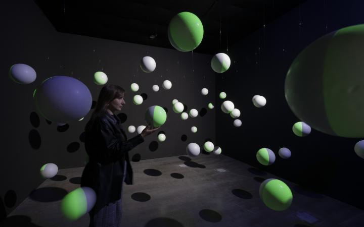Blick in die Ausstellung »Writing the History of the Future« auf die Installation »Kugelkabinett«
