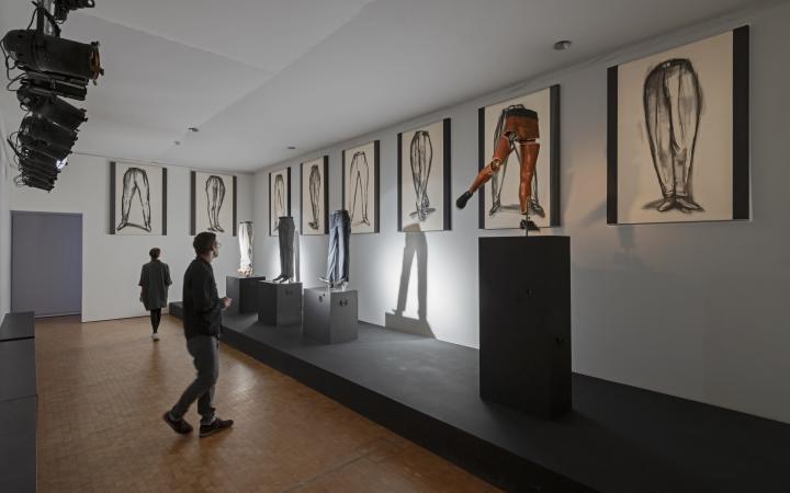 Blick in die Ausstellung »Writing the History of the Future« auf die Installation »Tischtänzer«