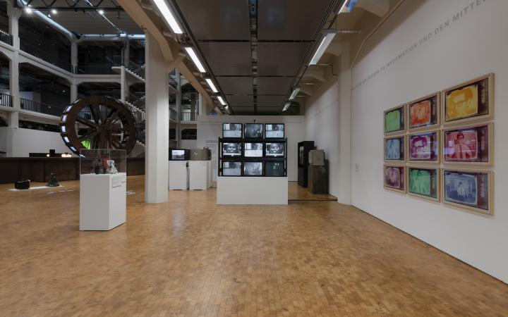 Blick in die Ausstellung »Writing the History of the Future« auf die Installation »Wipe Cycle«