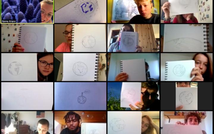 Screenshot eines Zoom-Calls mit den Teilnehmer:innen der Kulturakademie Baden-Württemberg, die ihre Zeichnungen des Planeten Erde in die Kamera halten